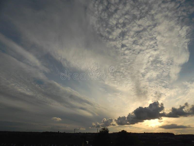 Хаотическое небо вечера лета в Ольборге, Дании стоковая фотография rf