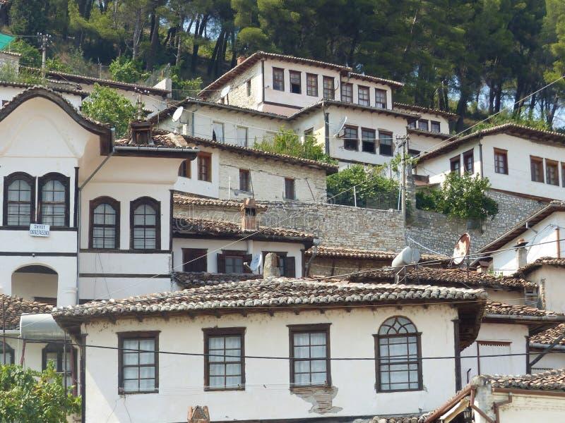 Характерные Белые Дома старого и античного городка Berat в Албании стоковые фотографии rf