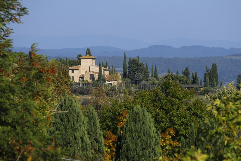 Характерный ландшафт Тосканы в осени Холмы Chianti к югу от стоковая фотография rf