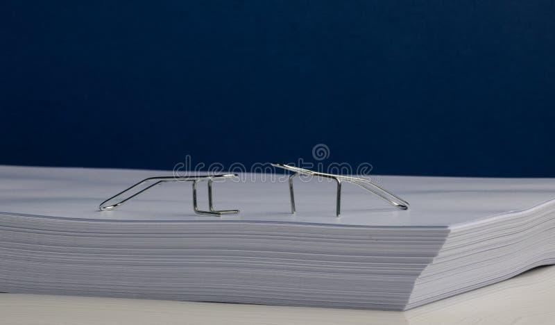 Характеры бумажного зажима делая тренировки на Ream бумаги стоковые изображения