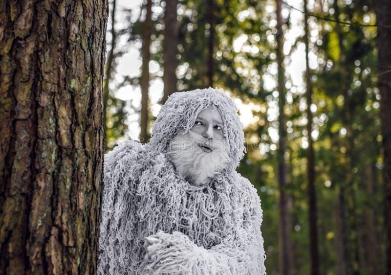Характер сказки йети в фото фантазии леса зимы внешнем стоковые фотографии rf