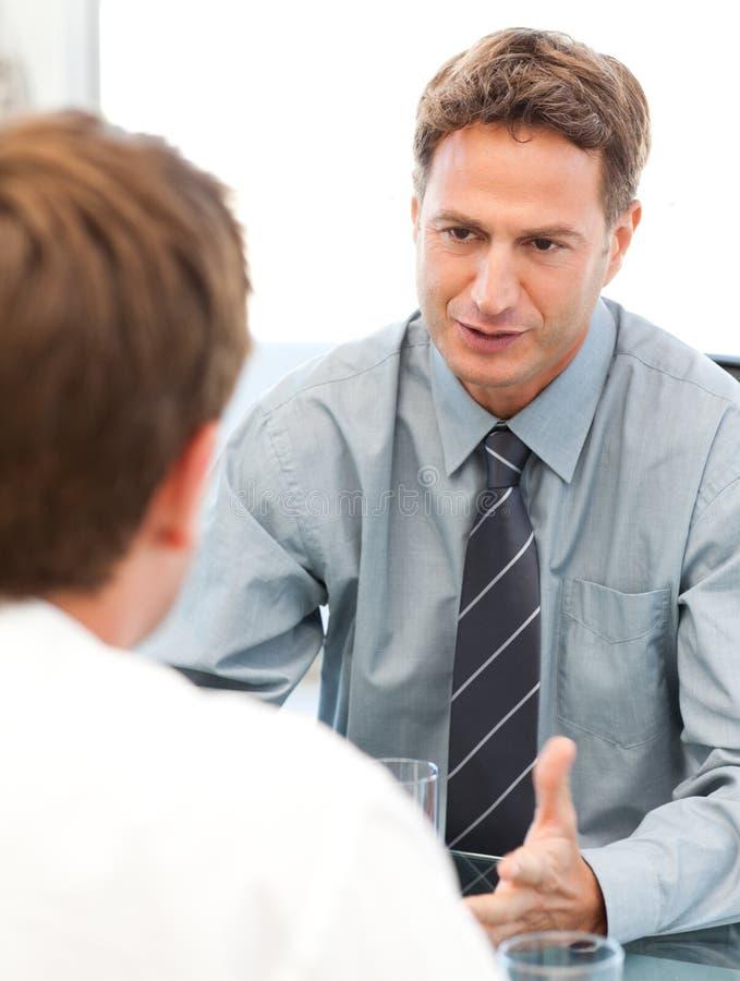 Харизматический менеджер во время встречи стоковое изображение rf