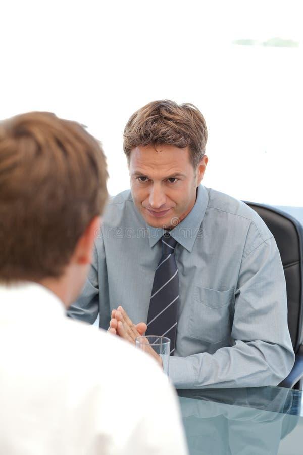 Харизматический менеджер во время интервью стоковые изображения rf