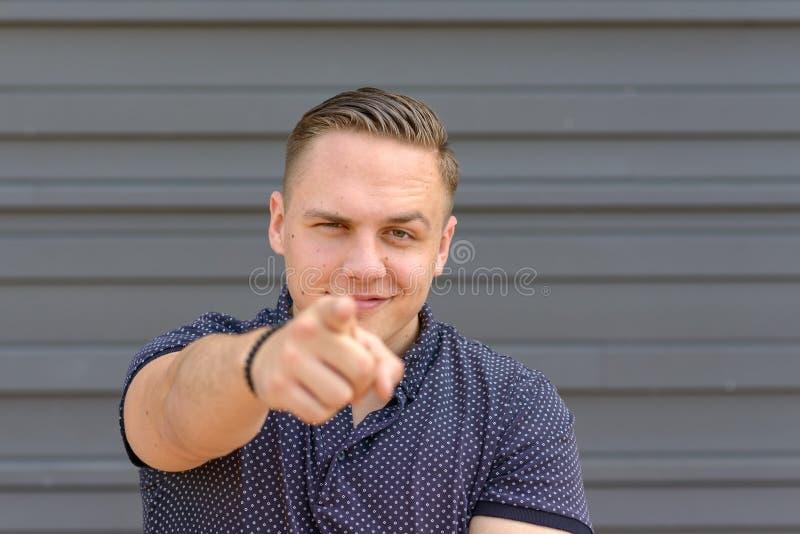Харизматический молодой человек указывая на камеру стоковое изображение rf