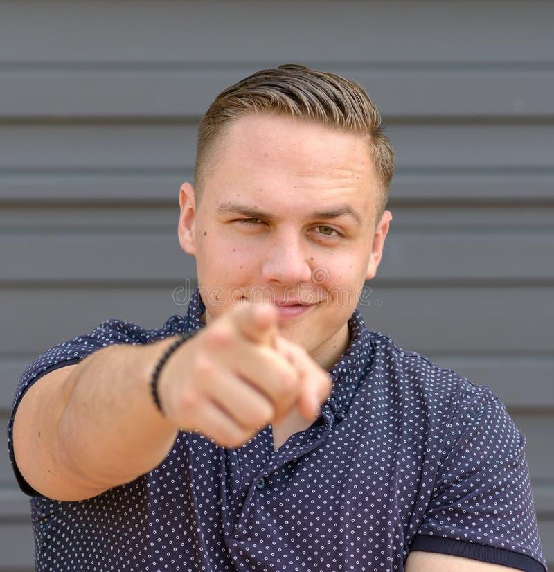 Харизматический молодой человек указывая на камеру стоковая фотография rf