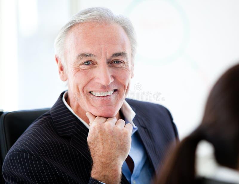 Харизматический старший бизнесмен в встрече стоковые изображения rf