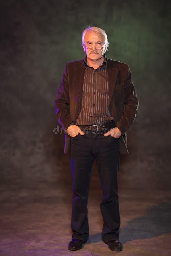 Харизматический человек представляя в студии стоковые фото