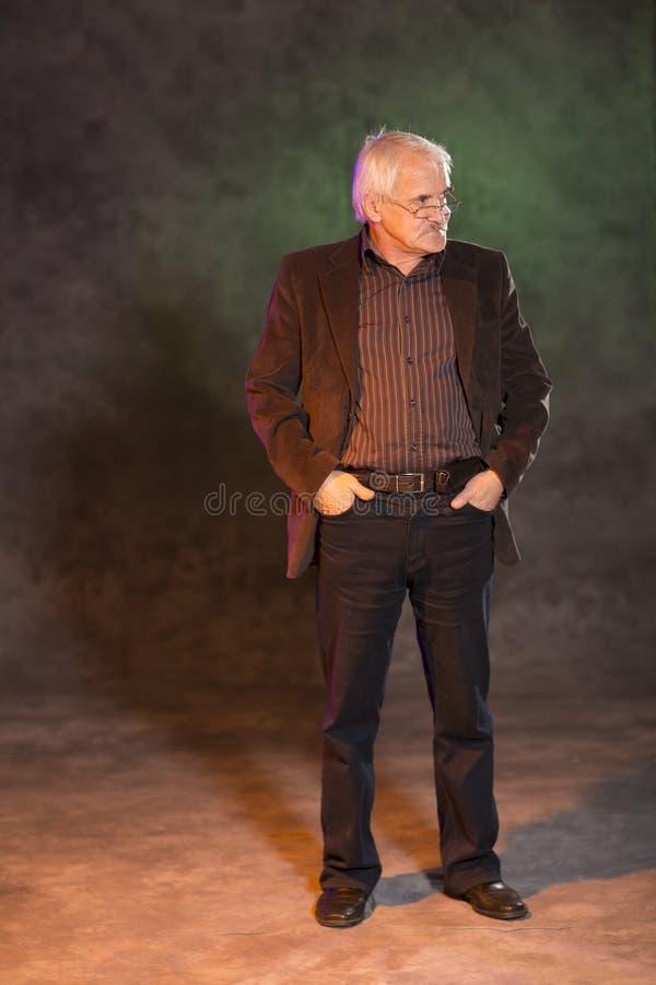 Харизматический человек представляя в студии стоковые изображения rf
