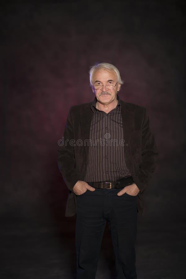 Харизматический человек представляя в студии стоковое фото