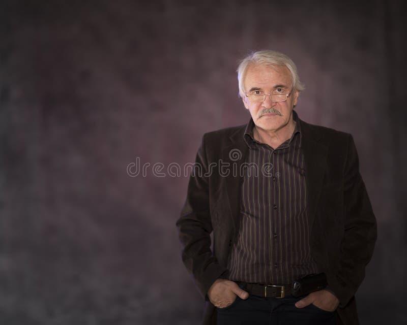 Харизматический человек представляя в студии стоковые изображения