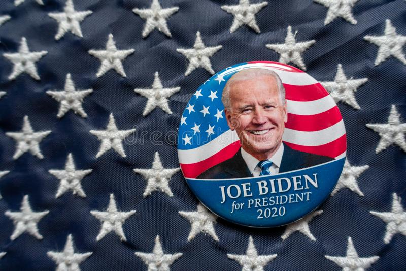 Харрисбург, ПА - 2 октября 2019 года - кнопка кампании Джо Байдена против флага Соединенных Штатов Америки Избирательная направле стоковые изображения
