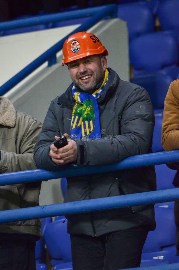 ХАРЬКОВ, УКРАИНА - 23-ЬЕ ФЕВРАЛЯ: Вентиляторы во время мам лиги Европы UEFA стоковая фотография rf