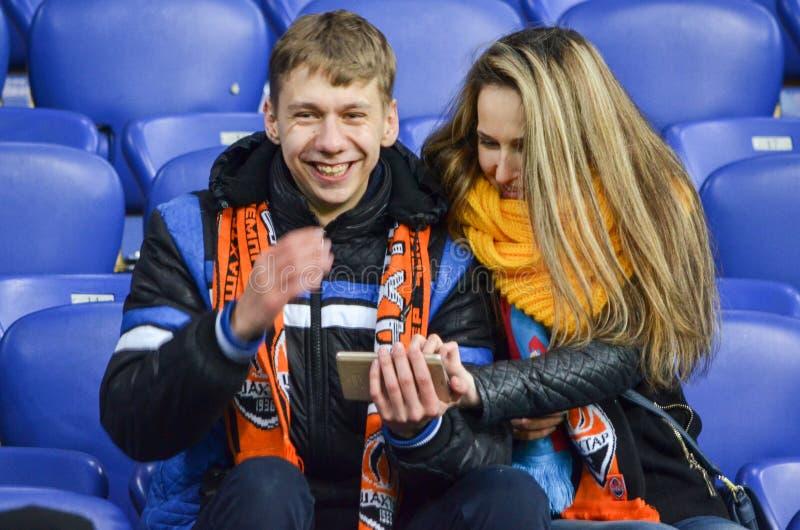 ХАРЬКОВ, УКРАИНА - 23-ЬЕ ФЕВРАЛЯ: Вентиляторы и сторонники FC Shakhtar d стоковые фотографии rf
