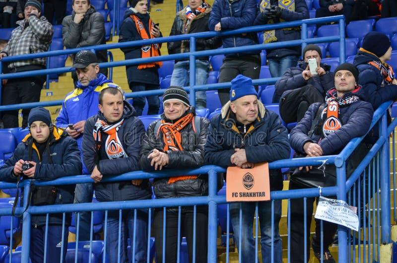 ХАРЬКОВ, УКРАИНА - 23-ЬЕ ФЕВРАЛЯ: Вентиляторы и сторонники FC Shakhtar d стоковые изображения