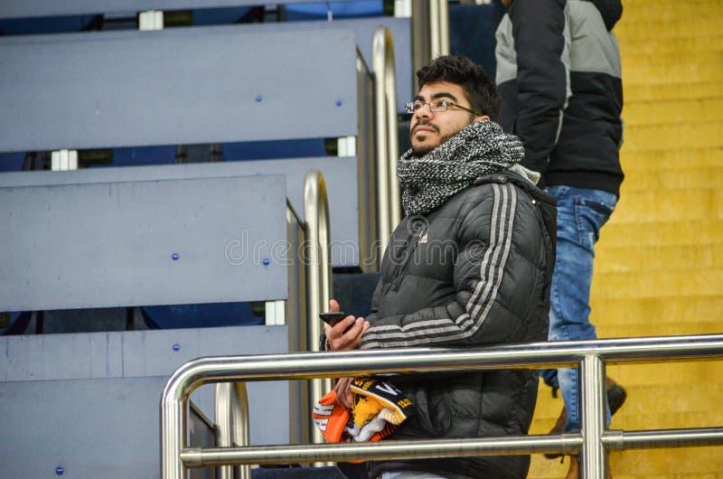 ХАРЬКОВ, УКРАИНА - 23-ЬЕ ФЕВРАЛЯ: Вентиляторы и сторонники FC Shakhtar d стоковые фото