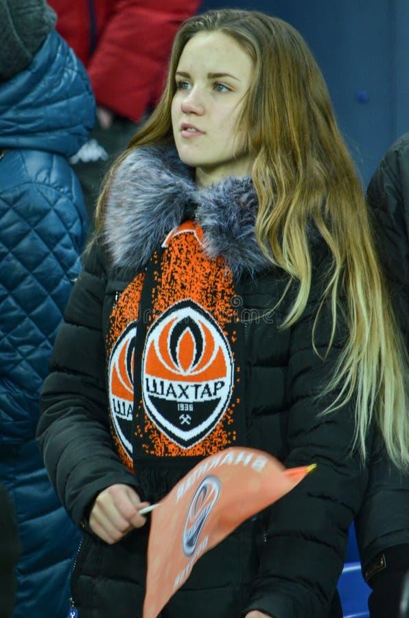 ХАРЬКОВ, УКРАИНА - 23-ЬЕ ФЕВРАЛЯ: Вентиляторы и сторонники FC Shakhtar d стоковое изображение rf