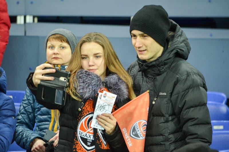 ХАРЬКОВ, УКРАИНА - 23-ЬЕ ФЕВРАЛЯ: Вентиляторы и сторонники FC Shakhtar d стоковое изображение