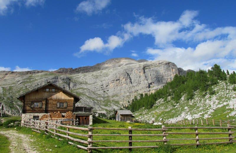 Хата горы, refugio в Альпах стоковое изображение