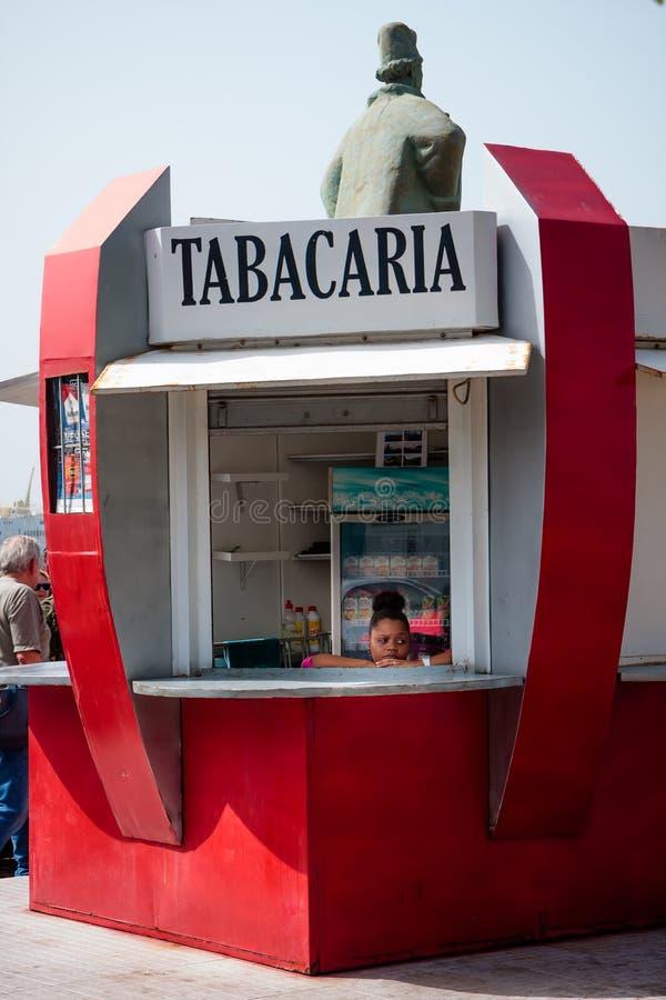 Хата магазина табака, женщина мечтая, Mindelo Кабо-Верде стоковые фото
