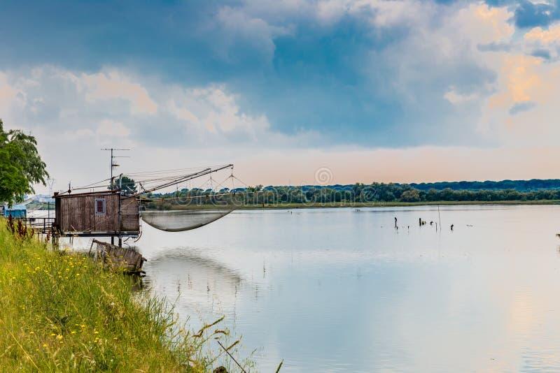 Хата рыбной ловли в тиши brackish лагуны стоковое фото
