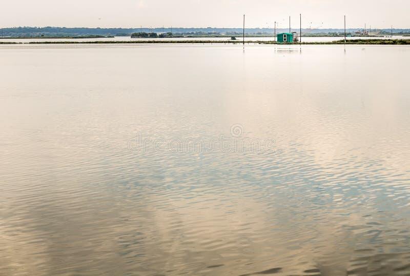 Хата рыбной ловли в тиши brackish лагуны стоковое фото rf