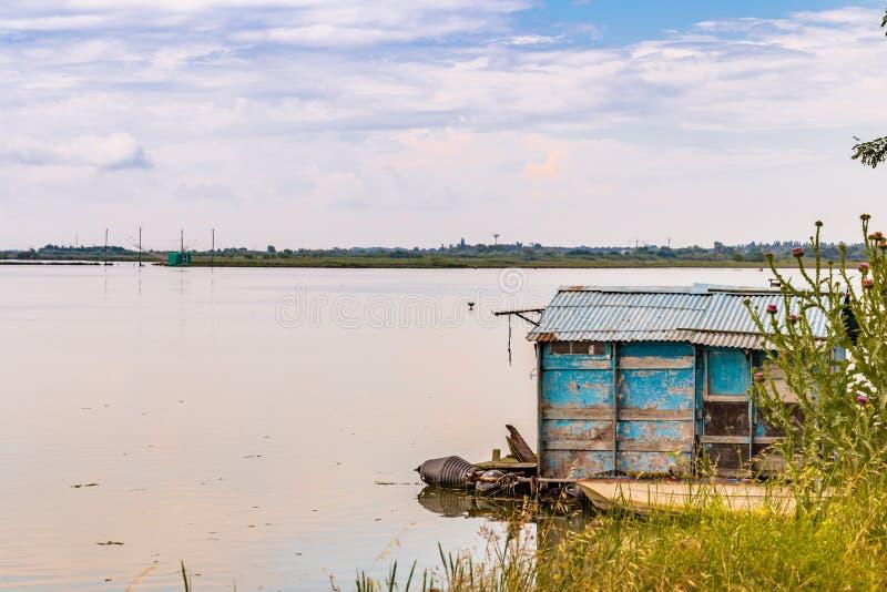 Хата рыбной ловли в тиши brackish лагуны стоковое изображение rf