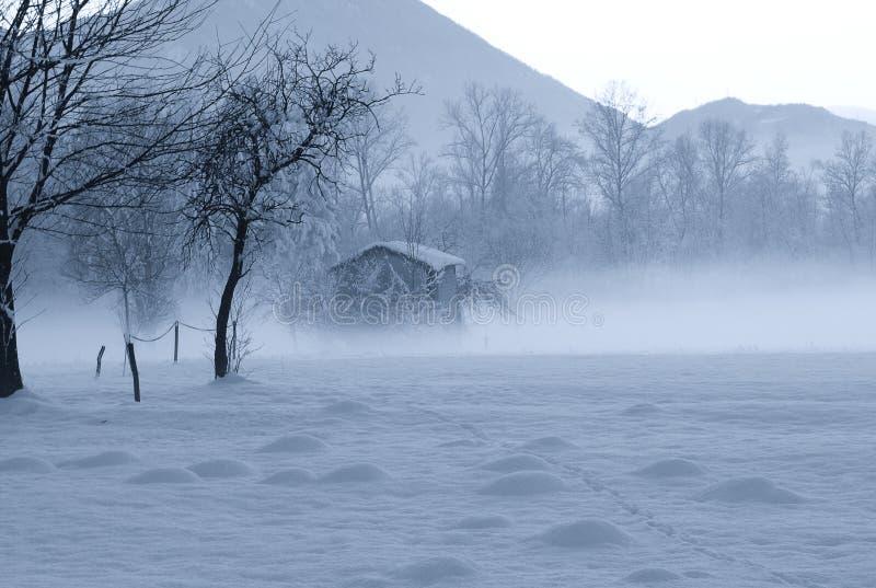 хата Санта Клауса спрятанная в тумане стоковое изображение rf