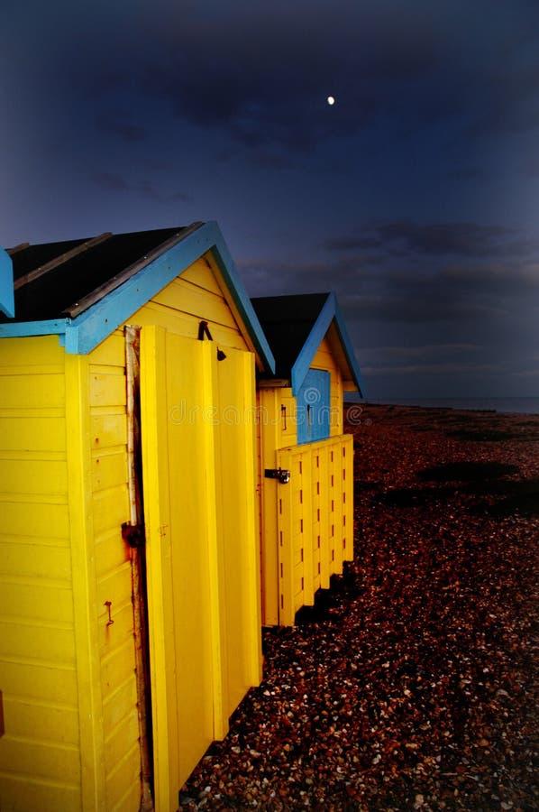 Хаты Великобритания пляжа в лунном свете стоковые фотографии rf