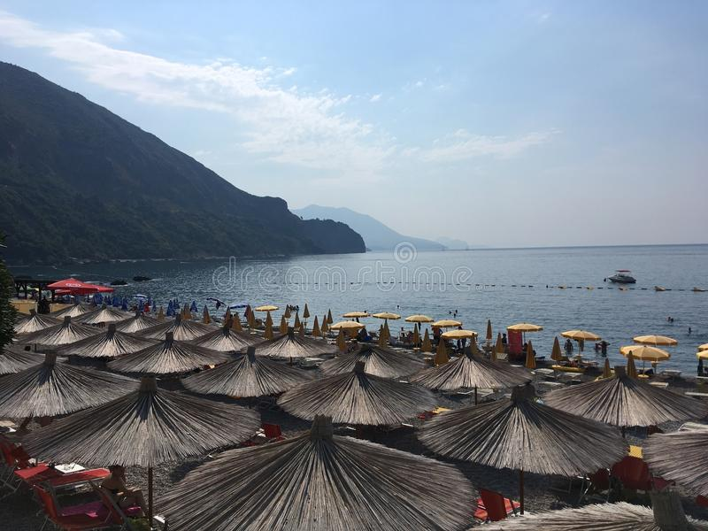 Хаты на пляже в Черногории стоковые фото