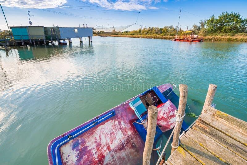 Хаты рыбной ловли на brackish лагуне стоковые фотографии rf