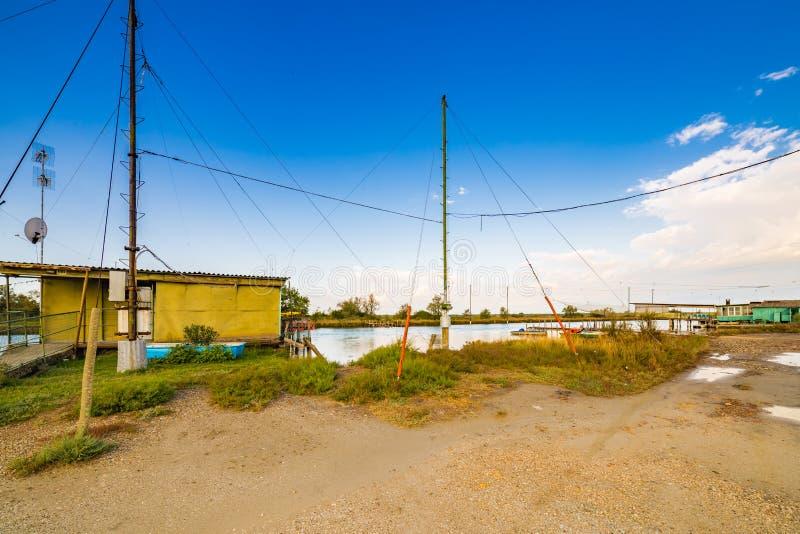 Хаты рыбной ловли на brackish лагуне стоковое фото