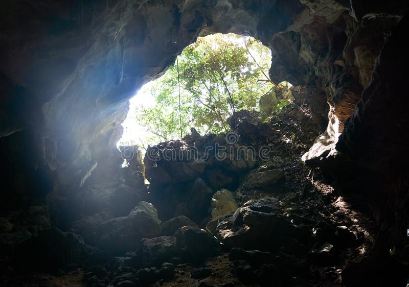 Ха Лонг Бэй, Вьетнам - 10 июня 2019 года: Пещера в бухте Ха Лонг, Вьетнам туристические достопримечательности, очень популярные н стоковое изображение