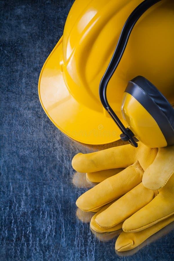 Халявы уха безопасности трудной шляпы и кожаные защитные перчатки на scrat стоковая фотография rf