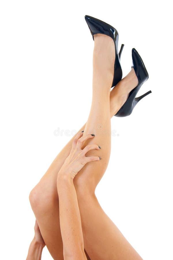 хватать ее женщину ног стоковые фото