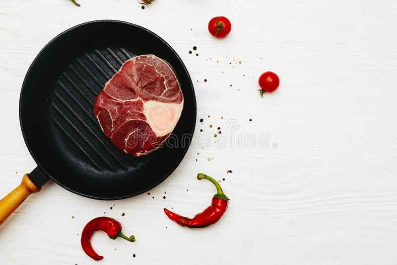 Хвостовик сырого мяса с перцами и томатами chili на белом painte стоковая фотография rf