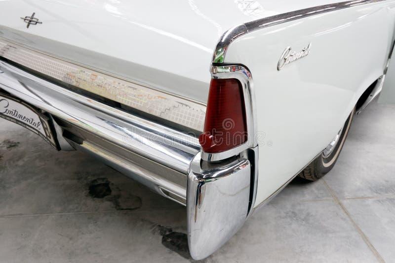 Хвостовой плавник и задние света запаса континентального cabrio Линкольна винтажного автомобильного отображают стоковое фото rf