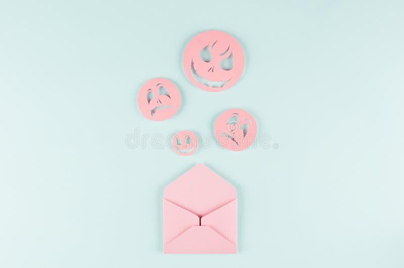 Хеллоуин глумится вверх с открытым конвертом и пугающим emoji сторон по мере того как сообщение отрезанной бумаги на пастельной у стоковое фото rf