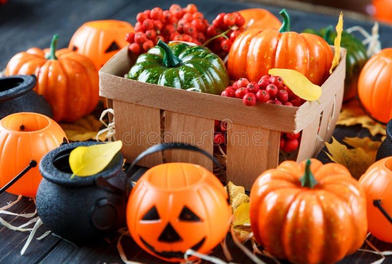 Хеллоуин и thankgiving украшение: тыквы, фонарики, корзина стоковое фото