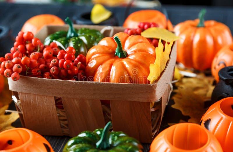 Хеллоуин и thankgiving украшение: тыквы, фонарики стоковое фото rf