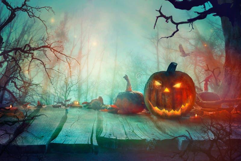 Хеллоуин с тыквой и дизайном хеллоуина темного леса страшным стоковые фотографии rf