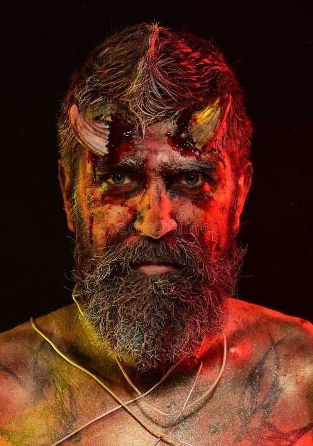Хеллоуин satan с бородой, красная кровь, раны на стороне стоковые изображения rf