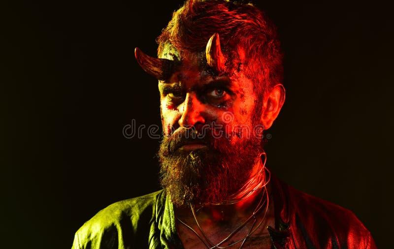Хеллоуин satan с бородой, красная кровь, раны на стороне стоковые фото