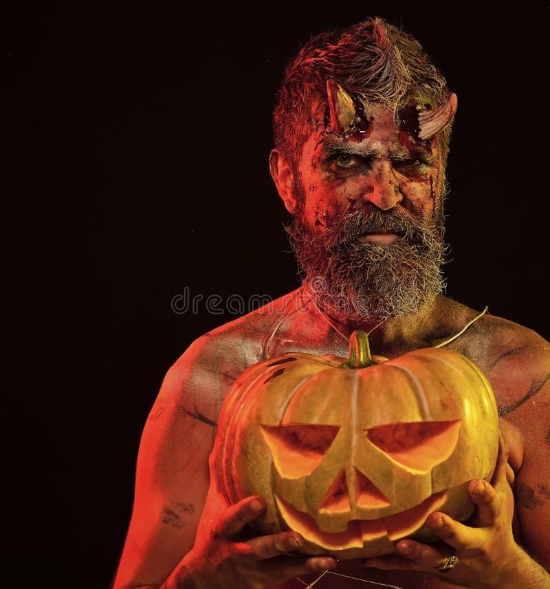 Хеллоуин satan с кровопролитными рожками, борода, красная кровь, раны стоковая фотография