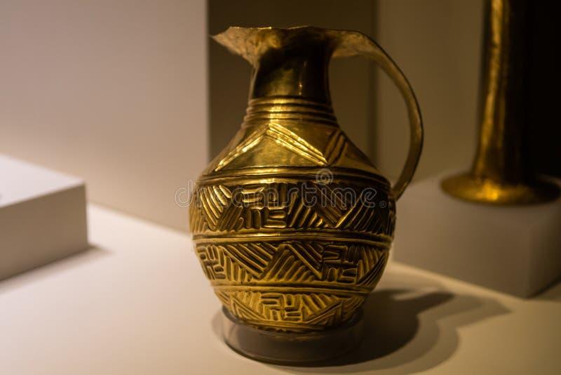 Хеттский золотой сосуд от бронзового века стоковые фото