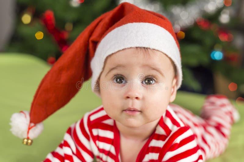 Хелпер Санты ребёнка смотря вверх стоковые изображения rf