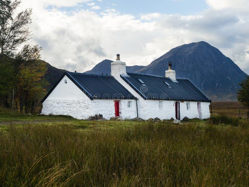 Хижина черного коттеджа утеса взбираясь в Глен Coe в северо-западе Шотландии стоковое изображение