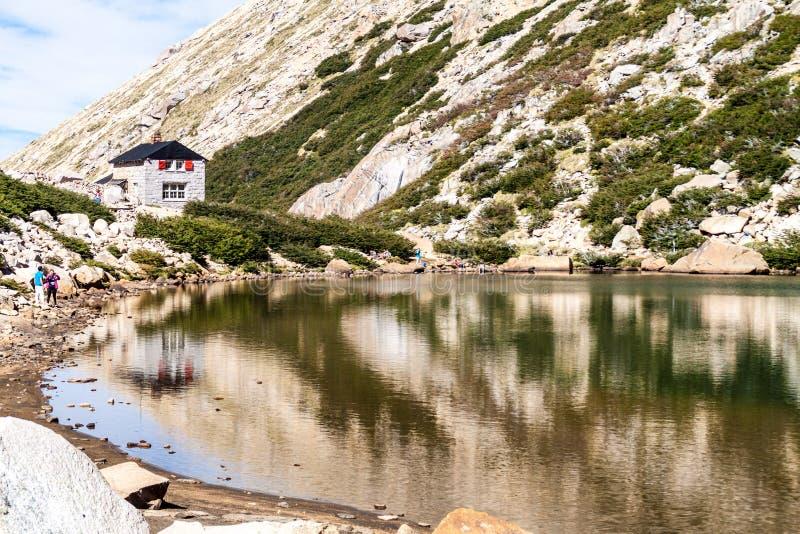 Хижина Refugio Frey горы около Bariloche, Аргентины стоковая фотография rf