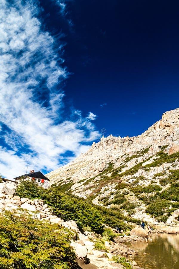 Хижина Refugio Frey горы стоковые фотографии rf