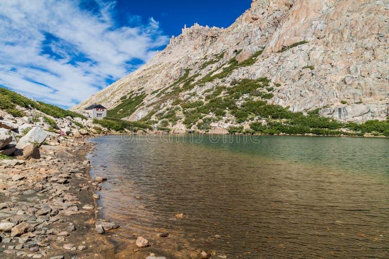 Хижина Refugio Frey и озеро Laguna Toncek горы стоковые фото