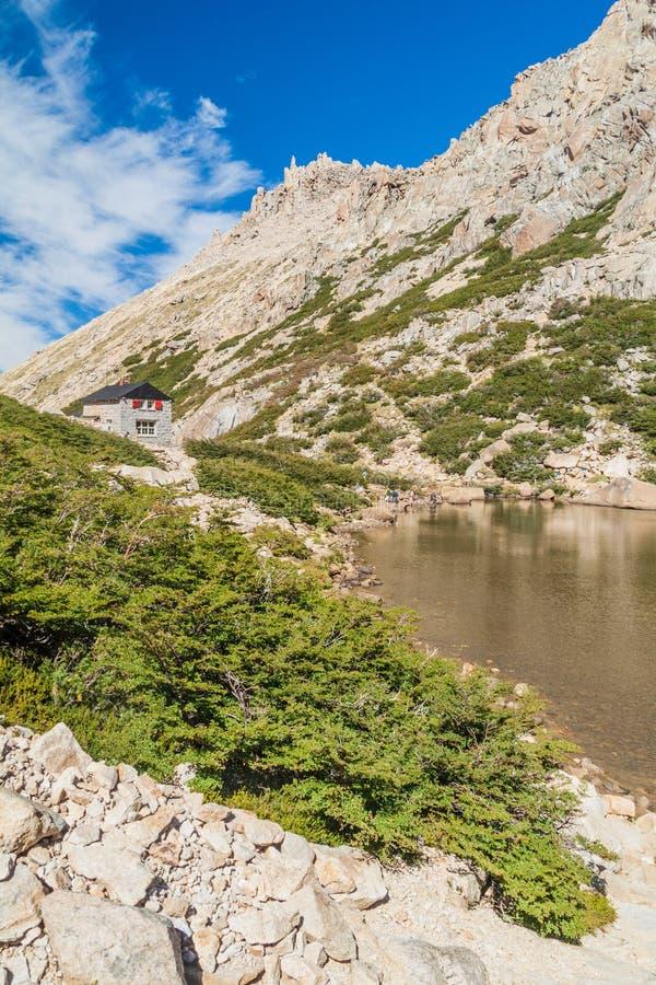 Хижина Refugio Frey и озеро Laguna Toncek горы стоковая фотография
